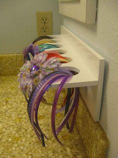 Um pequeno suporte de loja de artesanato pode ser usado para guardar acessórios de cabelo no banheiro de uma menina.