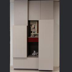 Un meuble d'entrée 100 % sur mesure avec modules déstructurés et différents rangements #meuble http://www.rangeocean.fr/nos-produits/salon-bibliotheque/placard-entree-sur-mesure.html