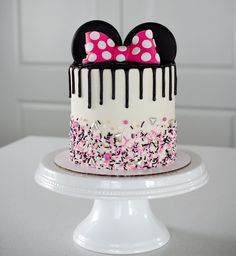 Lyncoln's pretty Minnie Mouse Cake! This girl has no cho. Lyncoln's pretty Minnie Mouse Cake! This girl has no choice but to turn out Pastel Minnie Mouse Betun, Torta Minnie Mouse, Pastel Mickey, Minnie Mouse Birthday Cakes, Mickey Mouse Cake, Mickey Mouse Birthday, Birthday Cake Girls, Happy Birthday, Birthday Cake Disney