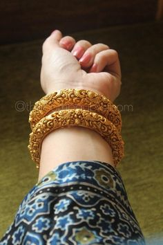 Gold Bangles Design, Gold Earrings Designs, Gold Jewellery Design, Necklace Designs, Bijoux En Or Simple, Bridal Bangles, Bridal Jewelry, Gold Jewelry Simple, Be Natural