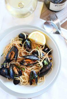 pasta-mejillones-vino Pollo Alfredo, Seafood Dishes, Superfoods, Japchae, Pesto, Food To Make, Spaghetti, Food And Drink, Pizza
