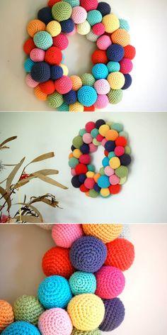 20 Exemplos para fazer uma Guirlanda de Páscoa Linda para Decorar a Casa Crochet Necklace, Wreaths, Board, Door Hangings, Home Decor Ideas, Diy Home, Tissue Garland, Crochet Ball, Egg Cartons