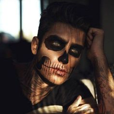 Halloween Makeup Ideas If you're looking for the perfect Halloween make-up, you've come to t Face Paint For Men, Skull Face Paint, White Face Paint, Skeleton Face Paint, Mens Halloween Makeup, Halloween Kostüm, Halloween Costumes For Guys, Facepaint Halloween, Google Halloween
