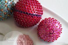 bola de isopor decorada com miçangas