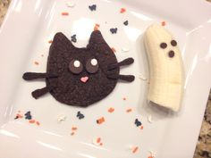 Halloween breakfast for kids: black cat chocolate pancakes an a ghost banana