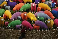 Das Jahr des Schafes: Garantiert keine schwarzen Schafe findet man in dieser kreativen Installation in China. Dutzende bunte Tiere kündigen das heurige Mondjahr, das ganz im Zeichen des Schafes steht, an. Mehr Bilder des Tages auf: http://admin.nachrichten.at/nachrichten/bilder_des_tages/ (Bild: Reuters)
