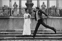 Bild Hochzeit heiraten Bräutigam springt Braut Stift Viktring Wörthersee Kärnten Ja Eisenberg hochzeitshotel Hochzeitslocation charme
