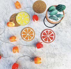 Itt a nyár, és mi megint nagyon nagy igényt tartottunk arra, hogy kicsit kreatívkodhassunk!!! Készítettünk pár nagyon trendi és szuper cuki citrusos poháralátétet a kerti asztalunkra! Neked a citrom, a vérnarancs, vagy a sima narancs a kedvenced? #citrus #narancsosdekoráció #citrusosdekoráció #nyáricitrusosdekor #decoration #summerdecoration #kertidekoráció #gardendecoration #kaktusz #kaktuszdekoráció #kaktuszosdekorációk #dekoráció #nyáridekoráció #nyár #kaktuszminta Summer Decoration, Bag Accessories, Orange, Fruit, Corner