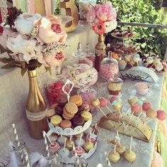 Sweet table Bohême fleurie, pleine de couleurs pastels et doré