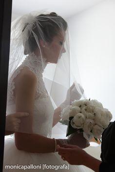Foto Monica Palloni Il bouquet della sposa  #bouquet #flowers #fiori #white #bianco #sposa #bride #love #amore #sposa #abitodasposa #dress #reportagedamatrimonio #fotografa #photographer #monicapalloni #monicapallonifotografa #photo #foto #happy #felicità