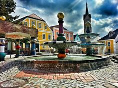 Zwettl-NÖ Hundertwasserbrunnen Austria, Heart Of Europe, In The Heart, Sweet Home, Mansions, House Styles, Places, Home Decor, Fountain
