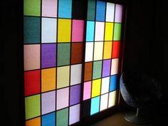 100均などでも色つきの和紙が売られているそうです。思い切って障子をステンドガラス風に張り替えたら、ダサいイメージの和室も一新! Japanese Modern, Japanese Art, Interior Garden, Windows And Doors, My Room, Cube, Diy And Crafts, Toys, Paper