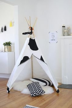 Nalle's House: how to make a DIY 5 Panel Teepee.                                     http://www.nalleshouse.com/2014/10/diy-5-panel-teepee.html