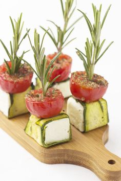Feta cheese on a bread board Food Buffet, Snacks Für Party, Mini Foods, Appetisers, Food Presentation, High Tea, Clean Eating Snacks, Finger Foods, Appetizer Recipes