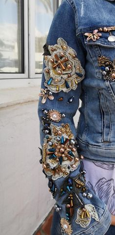 Beaded Jacket, Embroidered Jacket, Boho Outfits, Casual Outfits, Jean Jacket Outfits, Jeans, Denim Ideas, Sweaters And Leggings, Embroidery