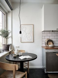 minimal home Minimal studio home - via Coco Lapine - Scandinavian Style, Scandinavian Apartment, Scandinavian Kitchen, Scandinavian Interior Design, Home Interior, Nordic Design, Minimal Apartment, Kitchen Interior, Design Design