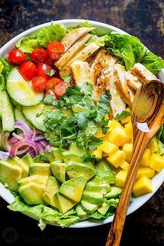 This Chicken Mango Avocado Salad recipe is loaded with juicy chicken, creamy avocado and that sweet pop of mango flavor takes this mango salad over the top. The sweet and tangy honey vinaigrette couldn& be easier! A Cheesecake Factory recipe (copycat). Mango Avocado Salad, Mango Salat, Avocado Salad Recipes, Avocado Salat, Chicken Salad Recipes, Salad With Mango, Chicken Avocado Salad, Salad With Chicken, Chicken Salads