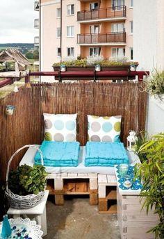 decoracion-habitacion-sofa-de-palets-cojines-mesita-de-palets-flores