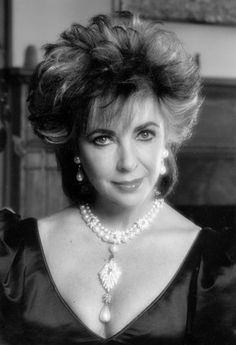 Elisabeth Taylor and her pearls Elizabeth Taylor Jewelry, Elizabeth Taylor Cleopatra, Vintage Hollywood, Classic Hollywood, 3rd Wedding Anniversary, Virginia, Child Actresses, British Actresses, Father Of The Bride