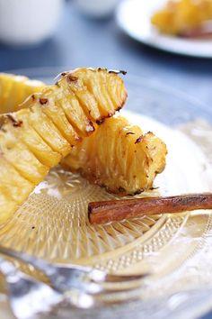 J'adore rôtir de l'ananas, le fruit devient tendre, caramélisé, riche en saveur. On peut le faire entier en piquant des gousses de vanille ou en quartier p