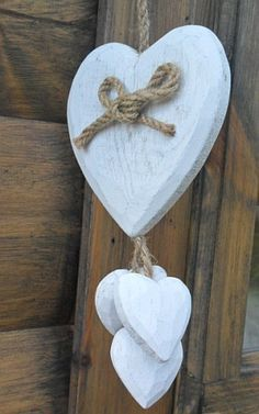 Wooden hearts in country white Wooden Hearts Crafts, Heart Crafts, Wooden Crafts, Clay Crafts, Diy And Crafts, Clay Christmas Decorations, Heart Decorations, Valentine Decorations, Valentine Day Crafts