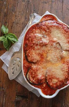 Grilled Eggplant Parmesan, a healthier way of making one of the most delicious Italian dishes. Grilled Eggplant covered in mozzarella and parmesan cheese,topped with a delicious Italian tomato sauce. And baked to perfection. Baked Eggplant, Grilled Eggplant, Eggplant Parmesan, Eggplant Recipes, Italian Dishes, Italian Recipes, Vegetarian Recipes, Cooking Recipes, Top Recipes