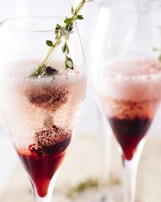 Een feestelijk drankje, deze kirr royal met een siroop die je zelf maakt van braambessen en tijm, met daarbij heerlijk frisse bubbels van champagne.
