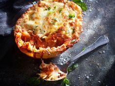 De møre lange gresskartrådene med sin milde smak er et supert alternativ til vanlig pasta. Topp gresskarspagettiene med en god tomatsaus og revet mozzarella (eller annen ost du foretrekker). Gratiner i ovn, og bruk skallet som serveringsbolle for denne superenkle utgaven av gresskarlasagne. Cauliflower, Vegetables, Mozzarella, Food, Alternative, Cauliflowers, Vegetable Recipes, Eten, Veggie Food