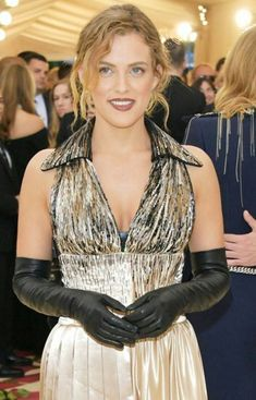 With the haute couture fashion shows in full force, this is yet another means of adding a touch of class to your ensemble. Elegant Gloves, Gloves Fashion, Black Leather Gloves, Goth Women, Long Gloves, Leather Fashion, Leather Outfits, Black Lingerie, Photos