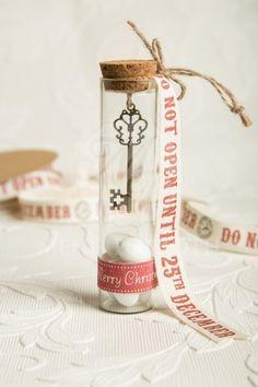 Χριστουγεννιάτικη μπομπονιέρα γάμου και αρραβώνα γυάλινος σωλήνας με vintage κλειδί
