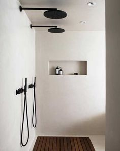 The latest in Minimalist interior design. See what perfect minimalist interior design looks like with these inspiring examples. Interior Minimalista, Minimalist Interior, Minimalist Home, Minimalist Design, Monochrome Interior, Minimal Home Design, Minimalist Showers, Minimalist Bathroom Design, Beautiful Bathrooms