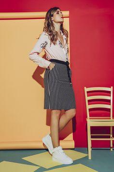 Falda tubo o falda lápiz a la rodilla, estampada a rayas de inspiración náutica, bolsillos laterales y posteriores, cintura resortada en contraste y cordón en frente. Ideas Para, Mini Skirts, Outfits, Fashion, Pencil Skirts, Stripes, Outfit, Trends, Moda