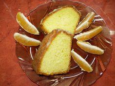 Z másla, cukru, vajec, mouky, prášku do pečiva, 125 ml pomerančové štavy a kůry vypracujeme jednolité těsto. Těsto naplníme vymazanou a moukou...