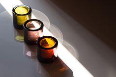 イッタラ キビの魅力は色の綺麗さとバリエーションにある。スコープ別注のキビも含め、豊富なカラーから選べる。色が増えれば増えるほど、そのガラスの塊は綺麗さを増していくのだから、Kivi集めはやめられなくなってしまう。 Candle Jars, Candles, Red Wine, Alcoholic Drinks, Ceramics, Glass, Ceramica, Alcoholic Beverages, Candle Mason Jars
