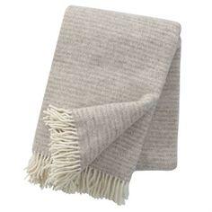 Le plaid en laine moelleux Ralph est 100 % fabriqué en laine d'agneau écologique. L'objet de tous les regards sur votre canapé !