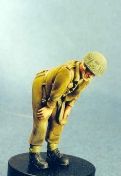 Maquette Resicast 35.5555 Para leaning over in open battledress