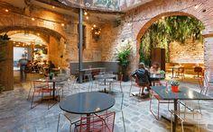 バルセロナの旧市街地にあるレストラン 『 La bona sort ( ラ ボナ ソート ) 』 、Jordi Ginabreda Interiorisme ( ジョルディジナブレダ・インテリアデザイン事務所 )の手によって、新たに中庭・パティオ部分のリノベーションが完成しました。