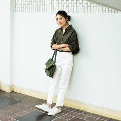 「今季大活躍している無印良品のシャツ。季節感を満喫できるカーキは衿の抜けた今どきシルエットがつくれる優れモノ。合わせる色は白のみにし、潔いまでに色数を絞ることで、女性らしさと大人っぽさをいっそう高められるはず」 バッグ/トフ&ロードストーン 靴/アディダス