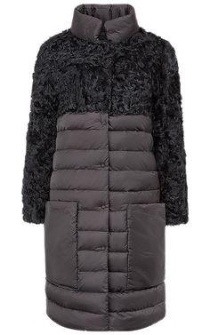 Комбинированное пальто-пуховик из меха козлика на синтепоне с текстильным низом на искусственном пуху - модный и практичный вариант на морозную зимнюю погоду. Изысканная комбинация материалов делают его женственным и элегантным, воротник-стойка защищает от холодного ветра, а накладные карманы добавляют практичности