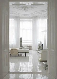 Inspiratie: Combi zwarte gordijnroedes & gordijnen | Wit interieur met glanzende vloer. Door RoedesOnline