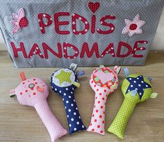 Gastbeitrag: Babyrassel selber nähen mit Pedis Handmade | buttinette Blog Diy Toys Sewing, Sewing For Kids, Baby Sewing, Baby Cot Bumper, Nursery Patterns, Diy Presents, Inspiration For Kids, Sewing Basics, Book Crafts