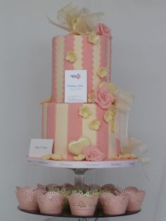 Tarta forrada de chocolate rosa