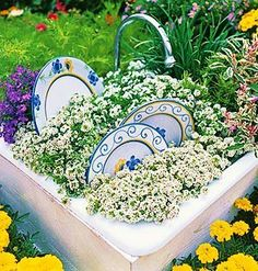 Garden Art - Old sink, a few well-placed dinner plates, and sweet alyssum for suds. Unique Gardens, Amazing Gardens, Garden Crafts, Garden Projects, Do It Yourself Garten, Old Sink, Bloom Where Youre Planted, Pot Jardin, My Secret Garden