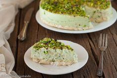 La Torta mousse di pistacchio e base croccante al cioccolato bianco è un dolce delicato particolare e gustoso senza cottura facile e veloce da preparare.
