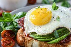 Avocado, Bacon and Egg Toast with Quick Tomato Jam. - How Sweet Eats Avocado Toast, Bacon Avocado, Avocado Egg, Hamburgers, Healthy Snacks, Healthy Eating, Healthy Breakfasts, Diet Recipes, Healthy Recipes