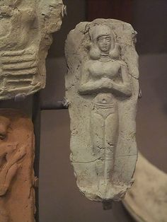 Sumerian art of Inanna becomes Amorite Clay Plaque depicting a woman in Sumerian city state Isin-Larsa  C.2100 BCE