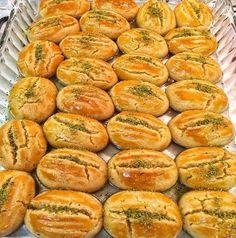 Hazır aldıklarınızdan çok daha lezzetli bir şeker pare, Kesinlikle yapmanızı tavsiye ederim... Healthy Casserole Recipes, Healthy Crockpot Recipes, Healthy Snacks, Snack Recipes, Soft Sugar Cookies, Iranian Food, Turkish Recipes, Hot Dog Buns, Food And Drink