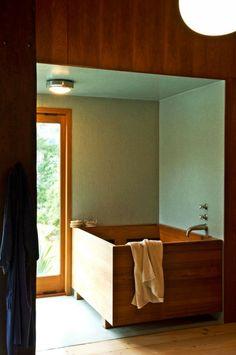 Badezimmer Gestaltung Idee Holz Badewanne grüne Mosaikfliesen