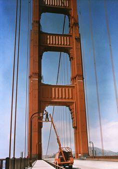 A man repairs a light on the Golden Gate Bridge in San Francisco, August 1938 Puente Golden Gate, National Geographic Photography, History Photos, California Dreamin', Urban Photography, Vintage Photographs, Golden Gate Bridge, Travel Photos, Las Vegas