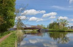 De Twist is een elegante brug met een markante uitstraling. De ontwerper Andrew Tang heeft er doelbewust voor gekozen geen ijle of transparante brug te maken die volledig wegvalt in de natuur van de Broekpolder. Er moest juist iets gebeuren met de voetgangers en fietsers als ze het water oversteken. De gedraaide brug is een entree van de Broekpolder.